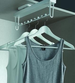 חדש: מבחר מתקנים ואביזרים לאחסון וארגון פנים לארונות בגדים